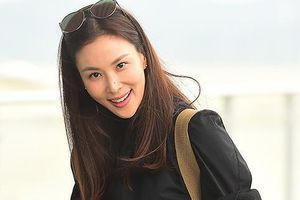 Chỉ trang điểm nhẹ, vợ 47 tuổi của Jang Dong Gun vẫn nổi bật ở sân bay