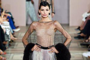 Dàn mẫu nữ mặc xuyên thấu táo bạo, lộ ngực trong show thời trang