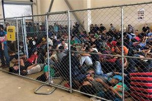 Ngột ngạt cảnh nhồi nhét trong trại giữ người nhập cư ở Mỹ