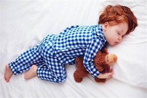 Kỳ quặc mẹ để con ngủ trong phòng cũng say nắng suýt chết