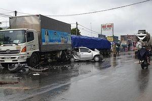 Bình Dương: Mải theo dõi vụ tai nạn, ô tô 4 chỗ và xe đầu kéo tông thẳng vào hiện trường