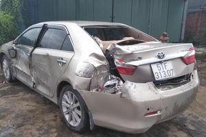 Va chạm với xe đầu kéo, xe Toyota Camry 'tan nát', 3 người may mắn thoát chết