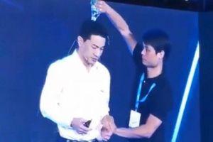 Đang diễn thuyết, sếp Baidu bất ngờ bị dội nước vào đầu