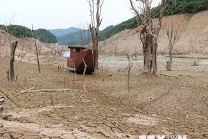 Cận cảnh hồ thủy điện Bản Vẽ ở Nghệ An khô cạn tới trơ đáy