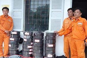 Long An: 3 đối tượng giả danh nhân viên ngành điện bán đồ 'dởm' bị bắt giữ
