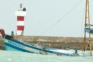 Bình Thuận: Chìm tàu chở 71 tấn dầu trên đảo Phú Quý, nguy cơ tràn dầu