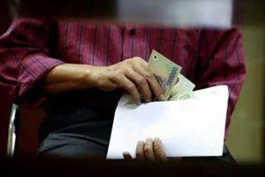 Cán bộ nhận quà do 'không từ chối được' thì phải tổ chức bán công khai và nộp ngân sách
