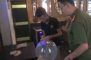 8 người Việt Nam, 3 người Trung Quốc hít bóng cười trong quán Karaoke