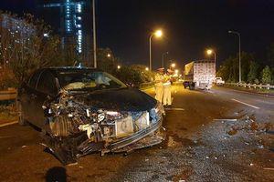 Hà Nội: Ô tô con biến dạng sau cú đâm mạnh với xe tải trên đại lộ Thăng Long