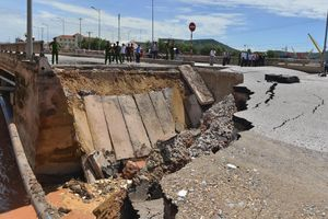 Đường huyết mạch vào Khu kinh tế Nghi Sơn tê liệt sau vụ sập mố cầu