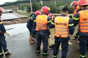 Hai người tử vong do sụt lở đường vì mưa bão