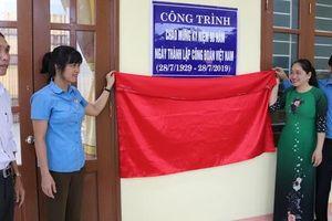 Gắn biển công trình chào mừng kỷ niệm 90 năm thành lập Công đoàn Việt Nam