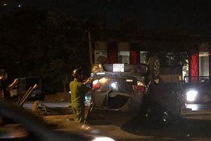 Hà Nội: Ô tô mất lái húc sập hàng rào sắt, xe lật ngửa trong đêm