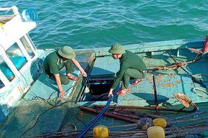 Vụ tàu chìm ở cảng Phú Quý: Đã bơm hút hơn 37.000 lít dầu