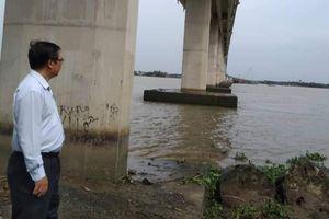 Chưa thể trục vớt hai sà lan chìm tại trụ cầu Mỹ Lợi trên sông Vàm Cỏ