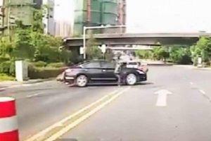 Đâm trúng ô tô, tài xế may mắn đáp đất bằng hai chân