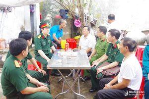 Bộ chỉ huy Quân sự tỉnh và thị xã Hoàng Mai thăm hỏi gia đình ngư dân chìm tàu trên biển
