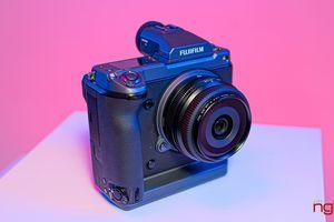 Trên tay máy ảnh medium format Fujifilm GFX100 cảm biến 100MP