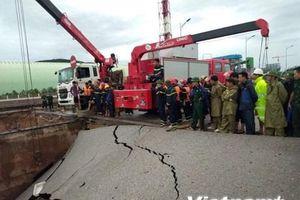 Thanh Hóa: Sập mố cầu trong đêm mưa, năm người thương vong