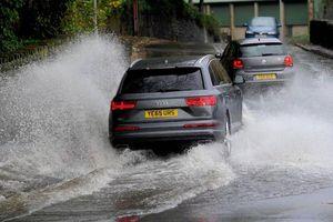 Kinh nghiệm lái ô tô trong mùa mưa bão