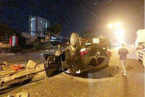 Hà Nội:Nữ tài xế mất lái húc sập hàng rào sắt, xe lật ngửa trong đêm