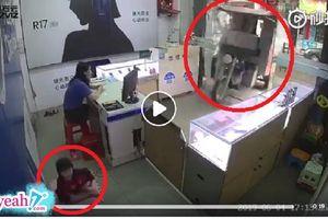 Hết hồn xe ba gác không người lái tự lao vào cửa hàng ven đường khiến một em bé bị thương nặng