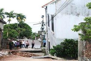 Hà Nội: Khẩn cấp di dời 3 hộ dân gần 'hố tử thần' gây sụt nhà 2 tầng