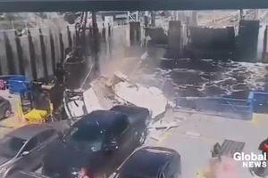 Hoảng hồn 'nhà xe di động' lao từ cầu xuống phà nát vụn như phim