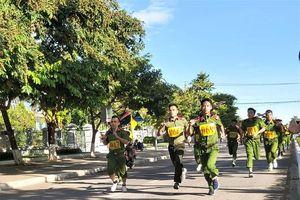 Sôi nổi Giải chạy vũ trang - việt dã và bóng bàn của Công an tỉnh Quảng Nam