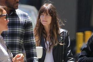 Kiều nữ '50 sắc thái' xinh đẹp ra phố sau khi chia tay Chris Martin