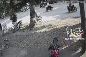 Clip: 'Xe điên' gây tai nạn kinh hoàng, húc văng 2 người đi xe máy trên đường ở Thái Nguyên