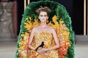 Váy quan tài gây chú ý trên sàn diễn thời trang