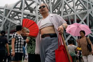 'Bikini Bắc Kinh' ngập phố ở Trung Quốc, chống chọi cái nóng mùa hè