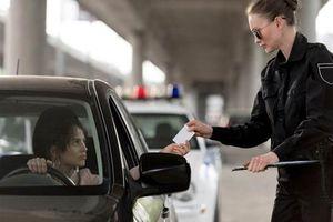 Cảnh sát kiểm tra bằng lái, cô gái nói một câu cảnh sát 'ngã ngửa'...