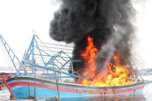 Cháy tàu cá trên biển, 9 ngư dân được cứu sống