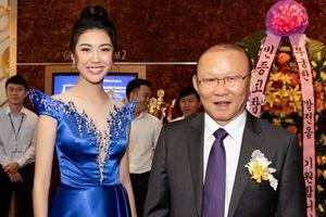 Á hậu Thúy Vân vui mừng khi được gặp gỡ huấn luyện viên Park Hang Seo