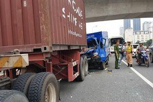 Xe thư báo tông đuôi xe container, một người tử vong