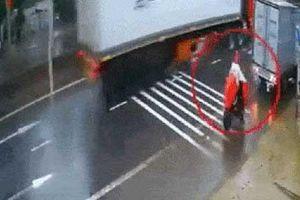Cô gái 'cứng' nhất mạng xã hội hôm nay: Bị xe tải lùi trúng, vẫn ngồi lì trên xe đạp điện để 'thi gan' với tài xế