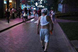 Thành phố Trung Quốc cấm đàn ông vén áo, cởi trần