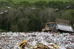 Mỹ thải rác nhiều nhất thế giới, nguy cơ bị chôn vùi trong phế liệu