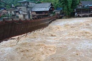 Đi bộ dọc suối bị lũ quét, ít nhất 8 người thiệt mạng