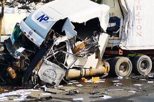 Xe bồn lật nghiêng sau va chạm với xe đầu kéo, tài xế kẹt trong cabin cầu cứu
