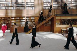 Chanel Haute Couture lấy Thư viện làm sàn diễn thời trang cho BST mới