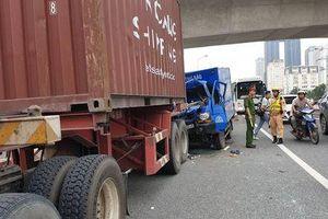 Xe thư báo tông đuôi container trên cầu vượt Mai Dịch, phụ xe mắc kẹt trong cabin tử vong