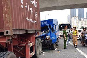 Xe chở thư báo tông đuôi container, tài xế và phụ xe thương vong