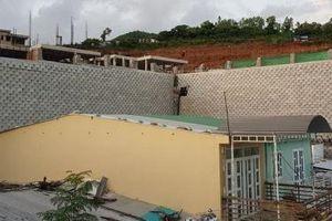 Khánh Hòa: Di dời dân để tháo dỡ bức tường thành xây trái phép bên vách núi