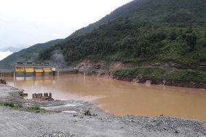 Thủy điện bất ngờ xả lũ, hàng chục nhà dân chìm trong nước