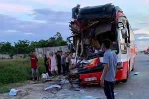 Ôtô khách đâm xe container, 1 người chết, 14 bị thương