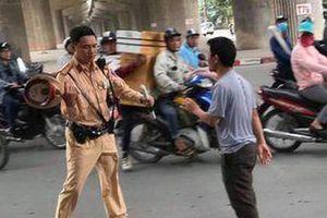 Truy tố người đấm vào mặt cảnh sát giao thông