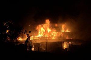 Cháy nhà hàng nổi trên sông Lô